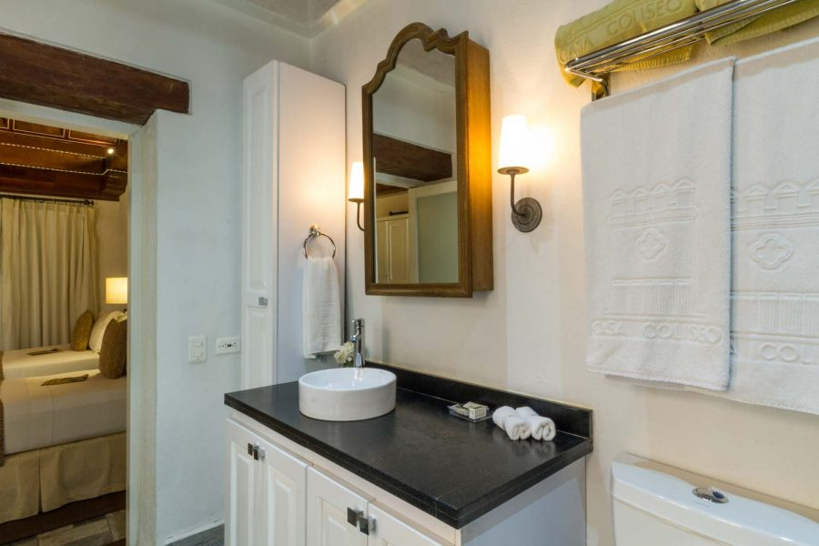 casa-del-coliseo_superior-twin-bathroom-01