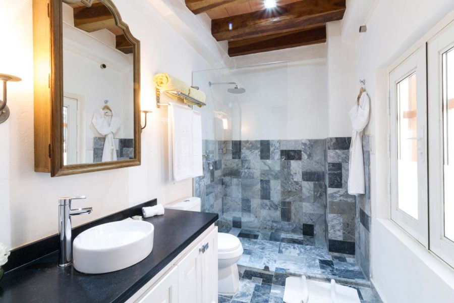 casa-del-coliseo_superior-twin-bathroom-02