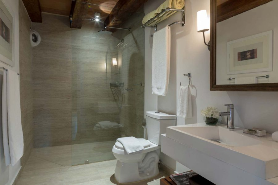 casa-del-coliseo_superior-twin-bathroom-03